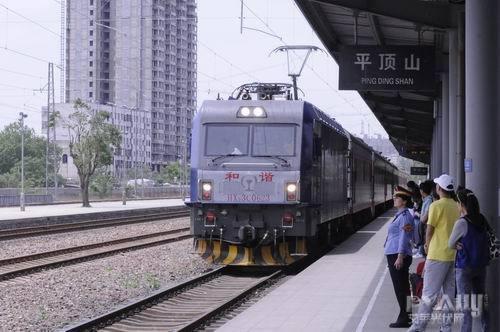 图为和谐号电力机车牵引k1212次旅客列车准点到达