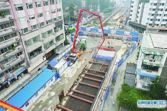 据该站项目经理王党库介绍,省文联站的车站设计与道路同宽,基坑紧贴周边建筑物开挖,车站周边建筑距基坑开挖线平均距离为70厘米,最近处仅相距50厘米。为了解决武成大街市民通行难题,施工方的打围紧贴车站围护桩开挖边界,并在局部位置创新采用了移动式的围挡,确保了市民通行不断。