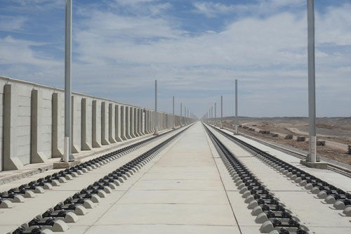 的国家重点工程兰新铁路第二双线思甜段高铁无砟轨道封闭层工