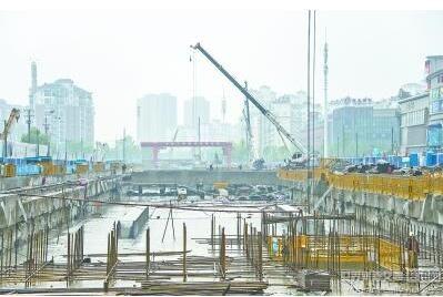 昨天封顶的地铁阳逻线后湖大道站施工现场-武汉在建最大地铁站封顶