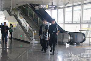 车站安保人员保护站内人员安全