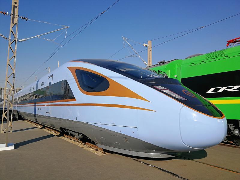 """新型""""绿皮车""""也在展览中亮相,人们亲切地称为""""绿巨人""""。它的时速为160公里,采用流线型外形,内部服务设施设备与既有动车组基本一致,适用于所有普速电气化铁路,其动力集中在列车头部或列车首尾端。该动车组有短编组和长编组两种型号,其中短编组为9节车厢,定员720人,长编组为11节到20节车厢不等,最高定员1102人。与传统机车牵引客车相比,该车型司机操作更加方便快捷,旅客乘坐更加安全舒适,运输组织更加高效,可充分利用既有检修资源,减少基础投入和设备维护成本。"""