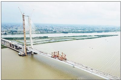 安(庆)九(江)铁路鳊鱼洲长江大桥合龙